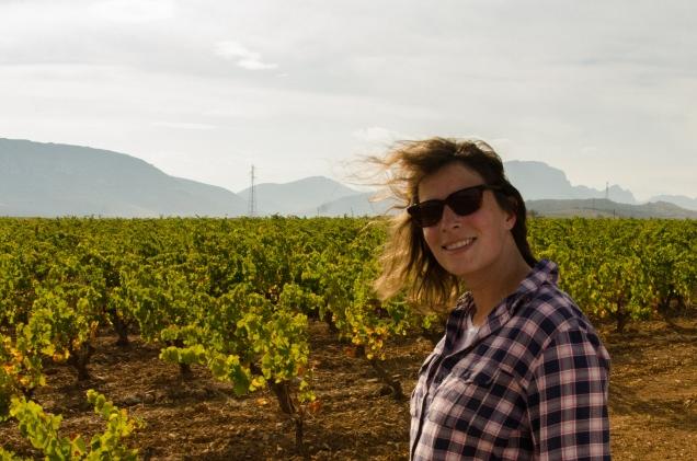 Sophie devant les vignes de l'Agly